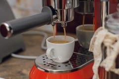 Herstellung des Kaffees in einer Kaffeestube stockfoto