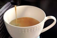 Herstellung des Kaffees in einer Schalenkaffeemaschine Stockbild