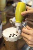 Herstellung des Kaffees im Café Stockfotografie