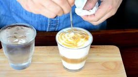 Herstellung des Kaffees mit Lattekunst stock footage