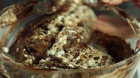 Herstellung des Kalkeifers f?r Schokoladencreme mit orange Gelee stock video footage
