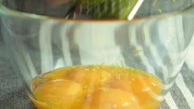 Herstellung des Kalkeifers f?r Schokoladencreme mit orange Gelee stock video