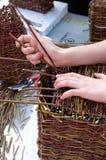 Herstellung des Korbes aus Flechtweide heraus Lizenzfreie Stockfotos