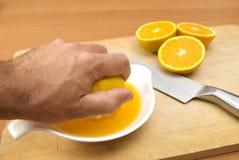 Herstellung des Orangensaftes Stockbilder