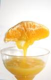 Herstellung des Orangensaftes Lizenzfreie Stockfotografie