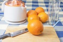 Herstellung des Orangensaftes Lizenzfreie Stockfotos