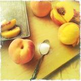 Herstellung des Pfirsichauflaufs Stockbilder