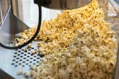 Herstellung des Popcorns im Spaßpark Stockfotos