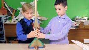 Herstellung des Raketenmodells im Klassenzimmer 4K stock video