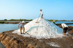 Herstellung des Salzes in den Stapel Stockbild
