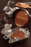 Herstellung des Schokolade Osterhasen Stockbild