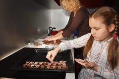 Herstellung des selbst gemachten Lebkuchens für Weihnachten Lizenzfreie Stockbilder