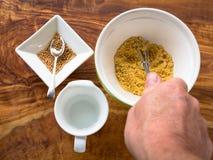 Herstellung des Senfes von den Samen Lizenzfreies Stockfoto