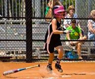 Herstellung des Softballs eines Hit-Mädchens Stockbild