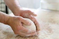 Herstellung des Teigs durch männliche Hände an der Bäckerei Lizenzfreie Stockfotografie