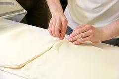 Herstellung des Teigs durch männliche Hände an der Bäckerei Lizenzfreie Stockfotos