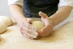 Herstellung des Teigs durch männliche Hände an der Bäckerei Lizenzfreie Stockbilder