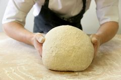 Herstellung des Teigs durch männliche Hände an der Bäckerei Stockbild