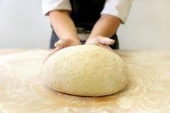 Herstellung des Teigs durch männliche Hände an der Bäckerei Stockfotos