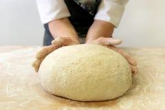 Herstellung des Teigs durch männliche Hände an der Bäckerei Lizenzfreies Stockbild