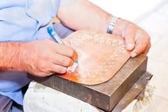 Herstellung des traditionellen gravierten Kupfers Lizenzfreie Stockfotografie