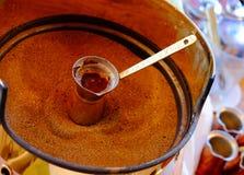 Herstellung des traditionellen griechischen türkischen schwarzen Kaffees auf Sand Stockfotos