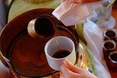 Herstellung des traditionellen griechischen türkischen schwarzen Kaffees auf Sand Lizenzfreies Stockfoto
