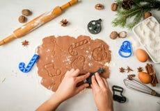 Herstellung des traditionellen Weihnachtslebkuchens Stockbilder