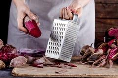 Herstellung des vegetarischen Abendessens mit Rote-Bete-Wurzeln Stockfotografie
