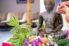 Herstellung des Verdienstes an Songkran-Tag stockbilder