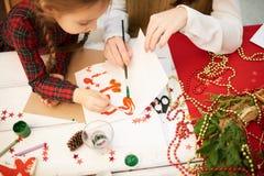 Herstellung des Weihnachtsgeschenks bei Art Class Lizenzfreies Stockfoto