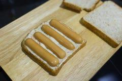 Herstellung des Wurst-Sandwiches Lizenzfreies Stockbild