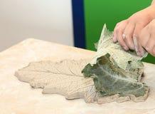 Herstellung einer keramischen Verzierung Stockbild