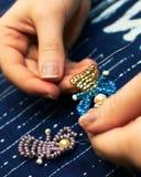 Herstellung einer Perlenpuppe Stockfotos