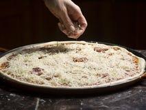 Herstellung einer Pizza Lizenzfreie Stockbilder