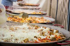 Herstellung einer riesigen Paella Etap addieren Zwiebeln Stockfoto