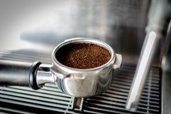 Herstellung einer Schale des frisch gemahlenen Kaffees Stockfoto