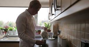 Herstellung einer Tasse Tee stock video