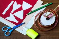 Herstellung eines Bogens in Form von Santa Claus für Dekoration Weihnachten Stockfoto