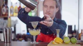 Herstellung eines einfachen Cocktails am Barzähler stock video