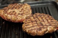 Herstellung eines gegrillten Hamburgers Lizenzfreies Stockfoto