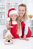 Herstellung eines Lebkuchenplätzchenhauses am Weihnachten Lizenzfreies Stockfoto