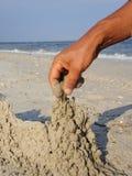 Herstellung eines Sand-Schlosses Stockbilder