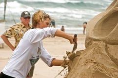 Herstellung eines Sandschlosses nahe Ozean Lizenzfreie Stockfotos