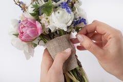 Herstellung eines schönen Blumenstraußes für irgendwelche Gelegenheiten Stockfoto