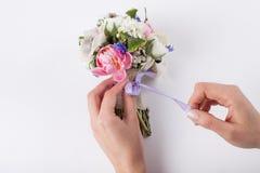 Herstellung eines schönen Frühlingsblumenstraußes Stockbilder