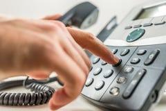 Herstellung eines Telefon-Aufrufs Lizenzfreie Stockfotos
