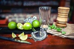 Herstellung eiskalten frischen mojito Cocktails Leeres gl Lizenzfreie Stockbilder