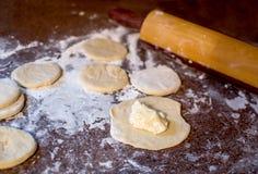 Herstellung Haus gemachten Käse pirogi lizenzfreies stockbild