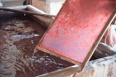 Herstellung - rosa Maulbeerpapier im Block mit handgemachtem Lizenzfreie Stockfotografie